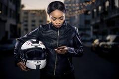 Θηλυκός ποδηλάτης που χρησιμοποιεί Smartphone για τη ναυσιπλοΐα ΠΣΤ Στοκ Εικόνες