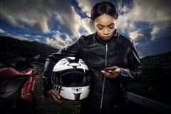 Θηλυκός ποδηλάτης που χρησιμοποιεί Smartphone για τη ναυσιπλοΐα ΠΣΤ Στοκ Φωτογραφία