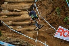 Θηλυκός ποδηλάτης MTB που συντρίβει τα απότομα κούτσουρα Στοκ Εικόνα