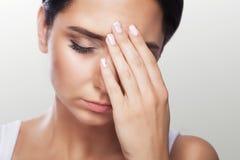 Θηλυκός πονοκέφαλος Επίπονο συναίσθημα στο κεφάλι μου μετά από μια σκληρή εργάσιμη ημέρα Mygreen η έννοια της υγείας σε μια γκρίζ Στοκ φωτογραφία με δικαίωμα ελεύθερης χρήσης