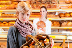θηλυκός πωλητής πελατών αρτοποιείων Στοκ φωτογραφία με δικαίωμα ελεύθερης χρήσης