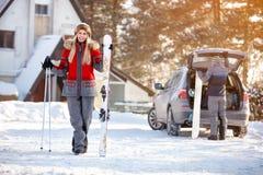 Θηλυκός σκιέρ με να κάνει σκι τον εξοπλισμό στο κέντρο σκι Στοκ εικόνα με δικαίωμα ελεύθερης χρήσης