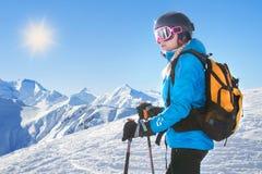 Θηλυκός σκιέρ με το όμορφο πανόραμα βουνών Στοκ Φωτογραφίες