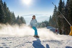 Θηλυκός σκιέρ που κάνει σκι με τη σκόνη χιονιού Στοκ Εικόνα