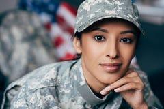 Θηλυκός στρατιώτης στη στρατιωτική στολή Στοκ εικόνα με δικαίωμα ελεύθερης χρήσης