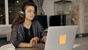 Θηλυκός σχεδιαστής που συμμετέχει στη webinar συνεδρίαση στην αρχή απόθεμα βίντεο