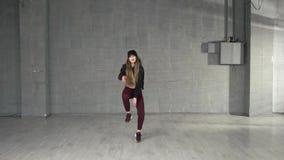 Θηλυκός σύγχρονος χορευτής ύφους που χορεύει στο στούντιο απόθεμα βίντεο