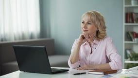 Θηλυκός σύμβουλος καλλυντικών που εξετάζει πώς να βελτιώσει τις πωλήσεις σε Διαδίκτυο απόθεμα βίντεο