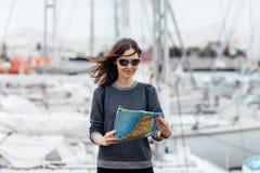 Θηλυκός ταξιδιώτης που επισκέπτεται τη νέα πόλη με το χάρτη Στοκ εικόνα με δικαίωμα ελεύθερης χρήσης