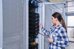 Θηλυκός τεχνικός που εργάζεται στη συντήρηση κεντρικών υπολογιστών στοκ φωτογραφία με δικαίωμα ελεύθερης χρήσης