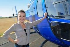 Θηλυκός τουρίστας δίπλα στο ελικόπτερο Στοκ φωτογραφίες με δικαίωμα ελεύθερης χρήσης