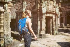 Θηλυκός τουρίστας και ο ναός Preah Khan σε Angkor, Καμπότζη Στοκ εικόνα με δικαίωμα ελεύθερης χρήσης