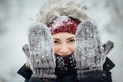 Θηλυκός τουρίστας με το χιόνι που κρυφοκοιτάζει παντού μέσω των χιονωδών γαντιών Στοκ εικόνες με δικαίωμα ελεύθερης χρήσης