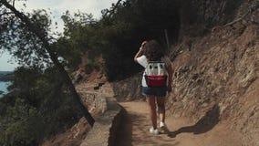 Θηλυκός τουρίστας που περπατά στα βουνά φιλμ μικρού μήκους