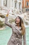Θηλυκός τουρίστας που ρίχνει το νόμισμα στο νερό στην πηγή TREVI στο Ρ Στοκ φωτογραφία με δικαίωμα ελεύθερης χρήσης