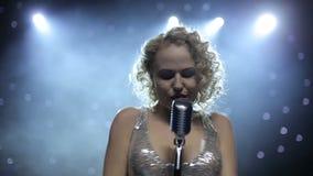 Θηλυκός τραγουδιστής αναδρομικά φωτισμένος στο καπνώές στάδιο απόθεμα βίντεο