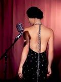 Θηλυκός τραγουδιστής με το αναδρομικό μικρόφωνο Στοκ Εικόνα