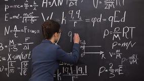 Θηλυκός τύπος γραψίματος δασκάλων στον πίνακα κιμωλίας, διάλεξη μαθηματικών, ακριβείς επιστήμες φιλμ μικρού μήκους