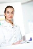 θηλυκός φαρμακοποιός στο φαρμακείο στοκ φωτογραφία με δικαίωμα ελεύθερης χρήσης