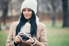 Θηλυκός φωτογράφος που παίρνει τις εικόνες υπαίθρια με μια εκλεκτής ποιότητας κάμερα στοκ φωτογραφίες με δικαίωμα ελεύθερης χρήσης