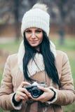 Θηλυκός φωτογράφος που παίρνει τις εικόνες υπαίθρια με μια εκλεκτής ποιότητας κάμερα στοκ εικόνα