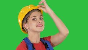 Θηλυκός χαιρετισμός εργατών οικοδομών σε μια πράσινη οθόνη, κλειδί χρώματος απόθεμα βίντεο