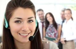 Θηλυκός χειριστής υποστήριξης πελατών με την κάσκα Στοκ φωτογραφία με δικαίωμα ελεύθερης χρήσης