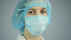 Θηλυκός χειρούργος που εξετάζει τη κάμερα με τα λυπημένα μάτια, που προετοιμάζονται να πει τις κακές ειδήσεις απόθεμα βίντεο