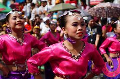Θηλυκός χορευτής καρναβαλιού στους εθνικούς χορούς κοστουμιών στην απόλαυση κατά μήκος του δρόμου Στοκ Εικόνα