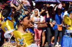 Θηλυκός χορευτής καρναβαλιού στους εθνικούς χορούς κοστουμιών στην απόλαυση κατά μήκος του δρόμου Στοκ εικόνες με δικαίωμα ελεύθερης χρήσης