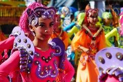 Θηλυκός χορευτής καρναβαλιού στους εθνικούς χορούς κοστουμιών στην απόλαυση κατά μήκος του δρόμου Στοκ Εικόνες