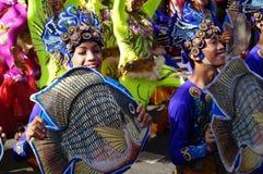 Θηλυκός χορευτής καρναβαλιού στους εθνικούς χορούς κοστουμιών στην απόλαυση κατά μήκος του δρόμου Στοκ φωτογραφίες με δικαίωμα ελεύθερης χρήσης
