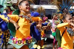 Θηλυκός χορευτής καρναβαλιού στους εθνικούς χορούς κοστουμιών στην απόλαυση κατά μήκος του δρόμου Στοκ Φωτογραφία
