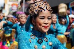 Θηλυκός χορευτής καρναβαλιού στους εθνικούς χορούς κοστουμιών στην απόλαυση κατά μήκος του δρόμου Στοκ Φωτογραφίες
