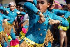 Θηλυκός χορευτής καρναβαλιού στους εθνικούς χορούς κοστουμιών στην απόλαυση κατά μήκος του δρόμου Στοκ φωτογραφία με δικαίωμα ελεύθερης χρήσης