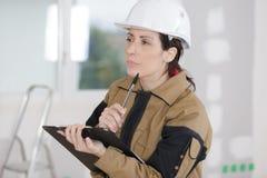Θηλυκός χτίζοντας διευθυντής που κάνει την επιθεώρηση Στοκ εικόνα με δικαίωμα ελεύθερης χρήσης