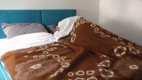 Θηλυκός ύπνος στο κρεβάτι στο σπίτι απόθεμα βίντεο