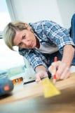 Θηλυκός woodworker με το μολύβι και ξύλινος πίνακας Στοκ εικόνα με δικαίωμα ελεύθερης χρήσης