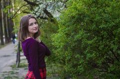 θηλυκότητα Η νέα γυναίκα μόδας άνοιξη καλλιεργεί την άνοιξη Άνοιξη Καθιερώνον τη μόδα κορίτσι στο υπόβαθρο τοπίων ηλιοβασιλέματος Στοκ Εικόνες