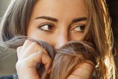 θηλυκότητα Κλείστε επάνω του νέου όμορφου κοριτσιού brunette με πολύ στοκ εικόνες