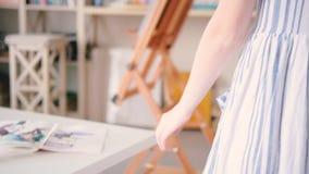 Θηλυκό έμπνευσης καλλιτεχνών που πηγαίνει συγκινητικός την τέχνη γραφείων φιλμ μικρού μήκους