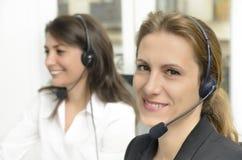 θηλυκό απομονωμένο εκμετάλλευση λευκό υπηρεσιών μικροφώνων πελατών ανασκόπησης στοκ φωτογραφία με δικαίωμα ελεύθερης χρήσης