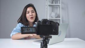 Θηλυκό βίντεο καταγραφής blogger με το lap-top από τη κάμερα στη μαγνητοσκόπηση ένα βίντεο ερωταποκρίσεων απόθεμα βίντεο