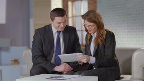 Θηλυκό βοηθητικό επιχειρηματικό σχέδιο συζήτησης με το CEO, σε αργή κίνηση απόθεμα βίντεο