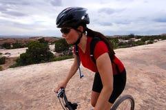 θηλυκό βουνό ποδηλατών Στοκ Φωτογραφίες