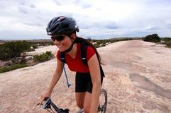 θηλυκό βουνό ποδηλατών Στοκ φωτογραφία με δικαίωμα ελεύθερης χρήσης