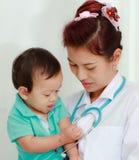 θηλυκό γιατρών μωρών Στοκ φωτογραφίες με δικαίωμα ελεύθερης χρήσης