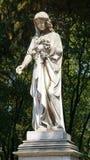 Θηλυκό γλυπτό σε έναν τάφο στοκ φωτογραφία