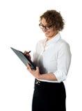 θηλυκό γράψιμο γραμματέων επιχειρησιακών εγγράφων Στοκ φωτογραφία με δικαίωμα ελεύθερης χρήσης