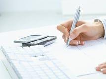 θηλυκό γράψιμο εγγράφου & στοκ εικόνα με δικαίωμα ελεύθερης χρήσης